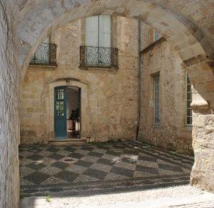 photo musée lodève - cour intérieur